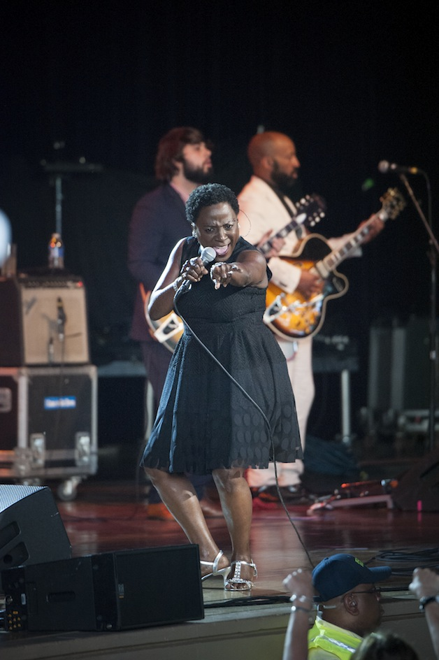AX15_sharon_jones_and_dap_kings_056